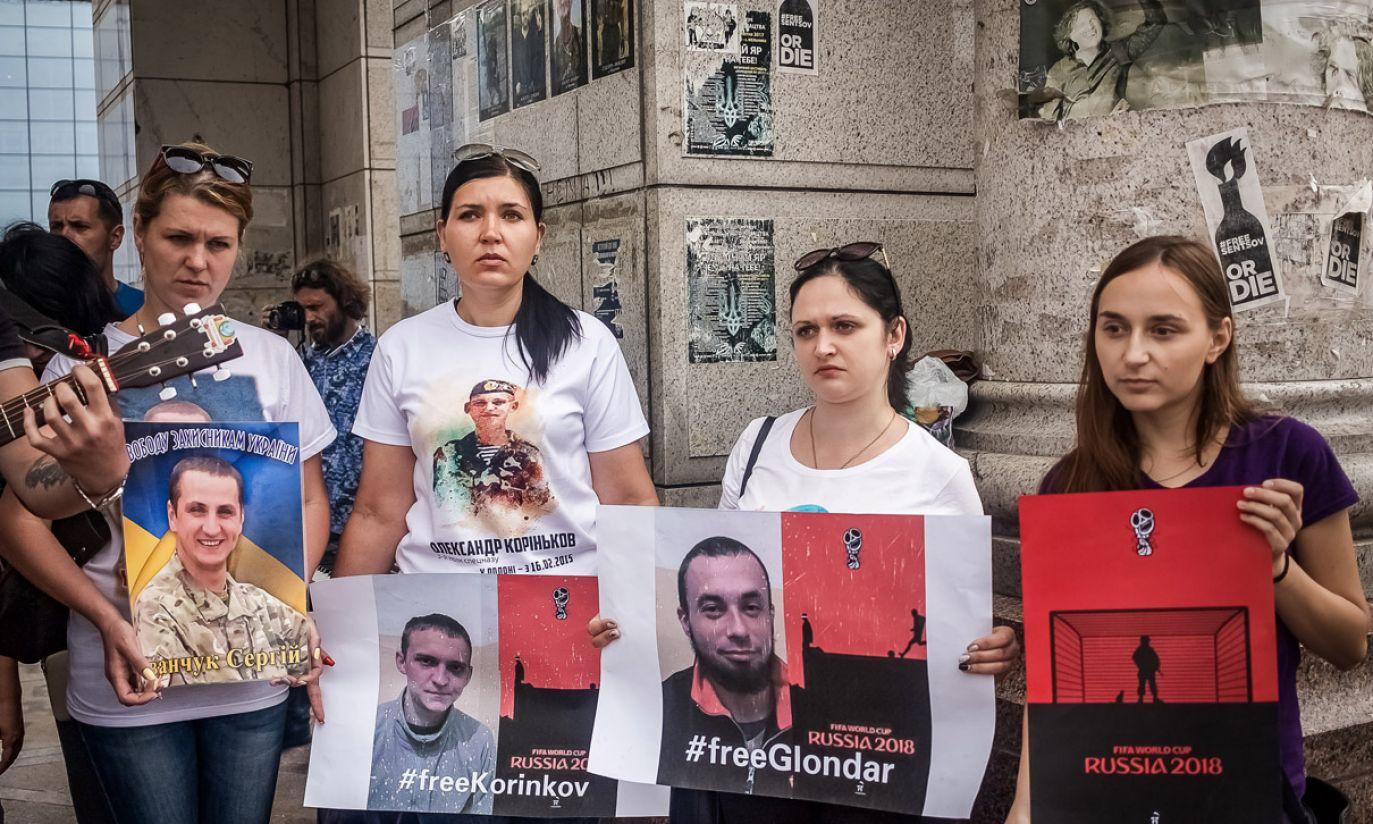 Kijowska demonstracja solidarności z jeńcami; żony uwięzionych trzymają plakaty Andrija Jermolenki (fot. zbiory Moniki Andruszewskiej)