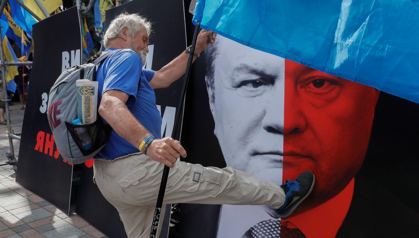 Klasa polityczna, która przejęła władzę po rewolucji godności  już wtedy nienowa, dziś zawodzi na wszelkich frontach, a obecny prezydent Petro Poroszenko na plakatach bywa zestawiany z poprzednim Wiktorem Janukowyczem. Fot. PAP/EPA/ SERGEY DOLZHENKO