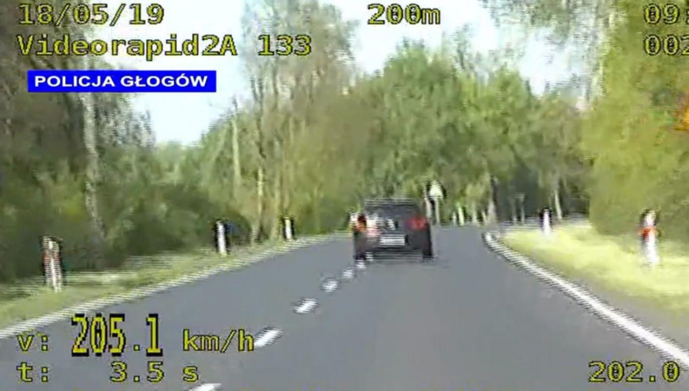 Na trasie, którą kierowca volkswagena pędził 205 km/h, można jechać do 90 km/h (fot. Policja Głogów)