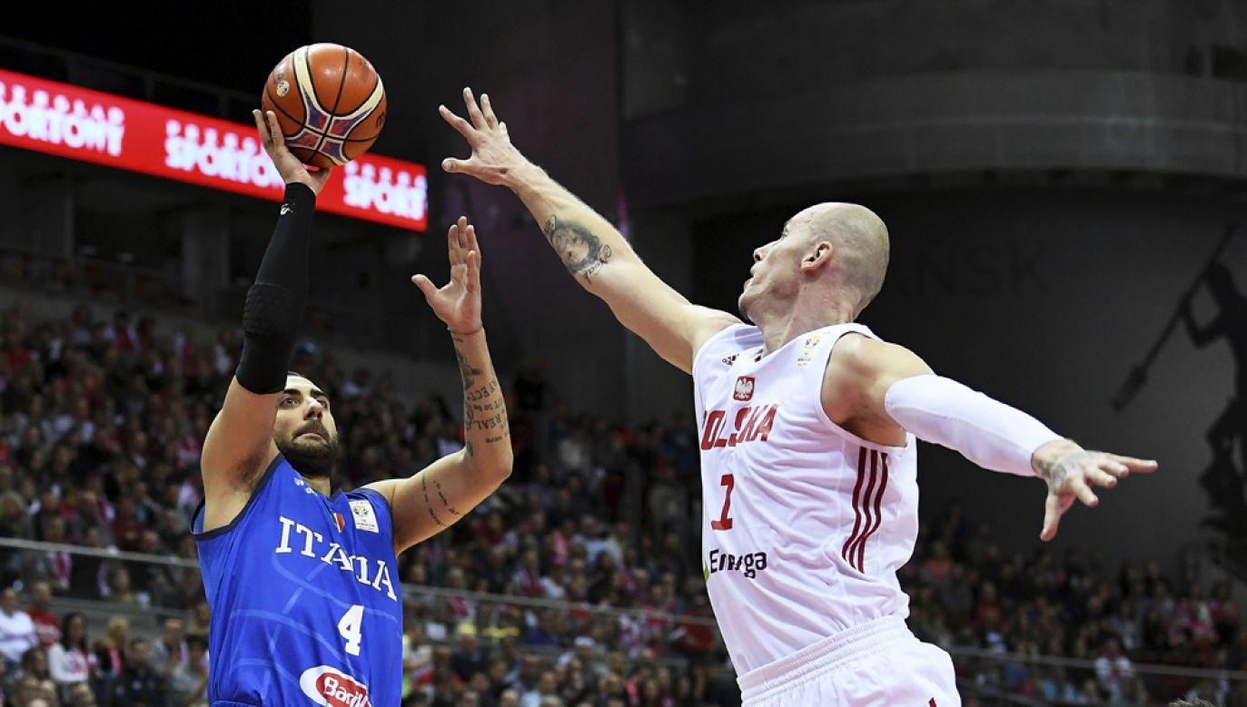 Zawodnik reprezentacji Polski Maciej Lampe (P) i Pietro Aradori (L) z Włoch podczas meczu eliminacyjnego do mistrzostw świata koszykarzy (fot. PAP/Adam Warżawa)