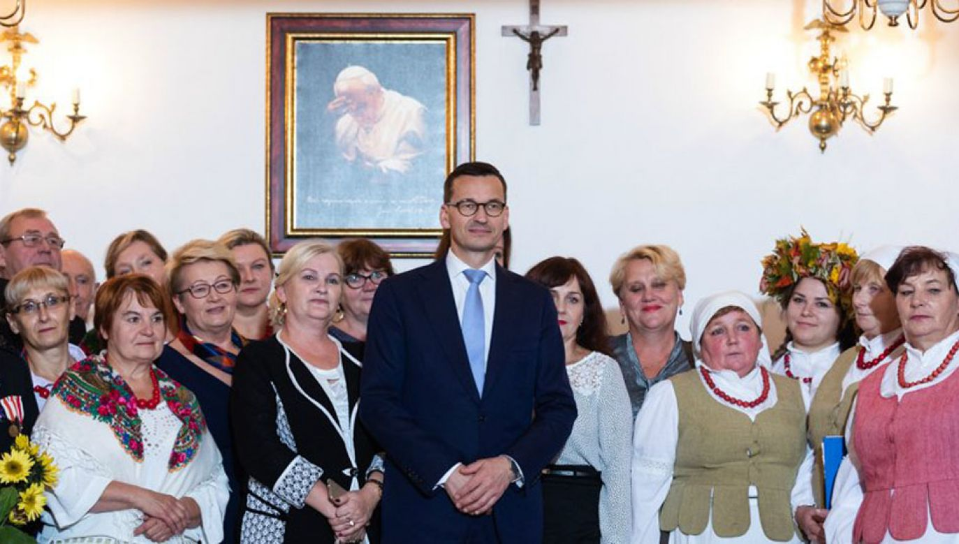 Premier podkreślił, że powinniśmy docenić pracę jaką wykonują panie z Kół Gospodyń Wiejskich (fot. TT/KPRM)