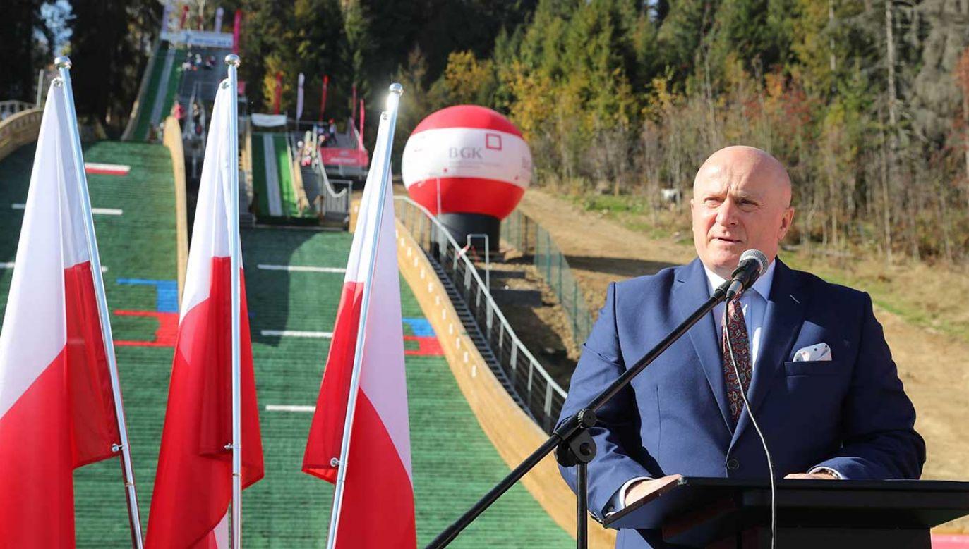Jarosław Stawiarski jako wiceminister sportu i turystyki podczas ceremonii otwarcia kompleksu skoczni narciarskich w Chochołowie (fot. arch. PAP/Grzegorz Momot)