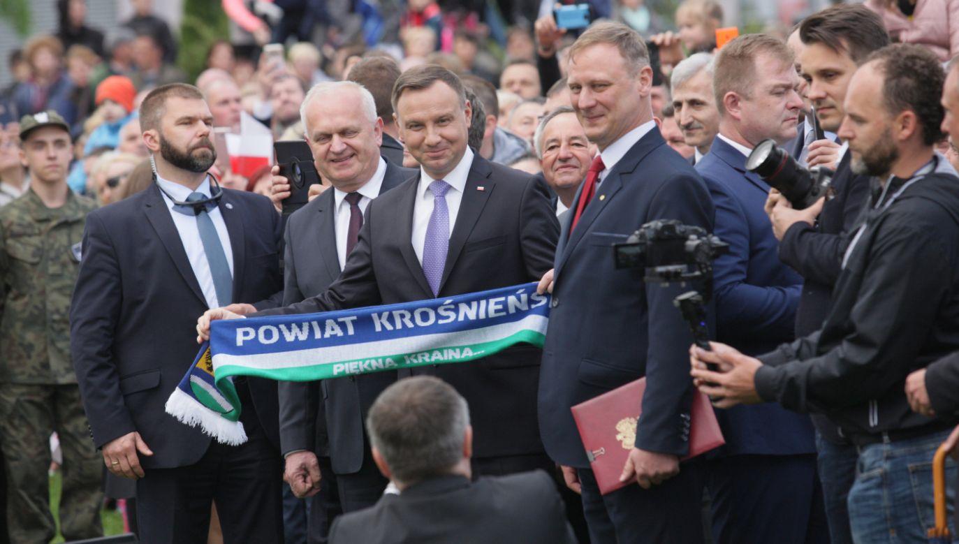 Prezydent Andrzej Duda (C) podczas spotkania z mieszkańcami Krosna Odrzańskiego (fot. PAP/Lech Muszyński)