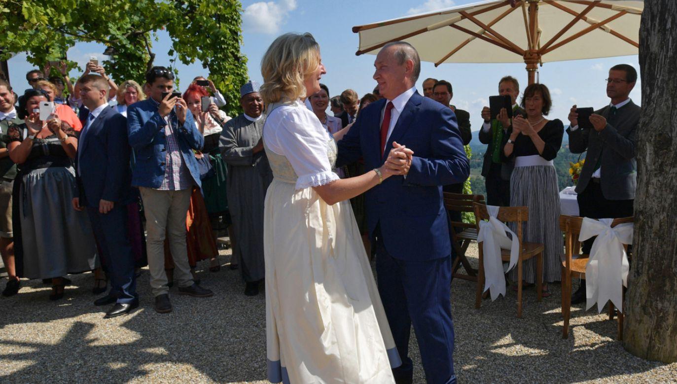 Władimir Putin i Karin Kneissl w tańcu (fot. PAP/EPA/ALEXEI DRUZHININ / SPUTNIK / KREMLIN POOL)
