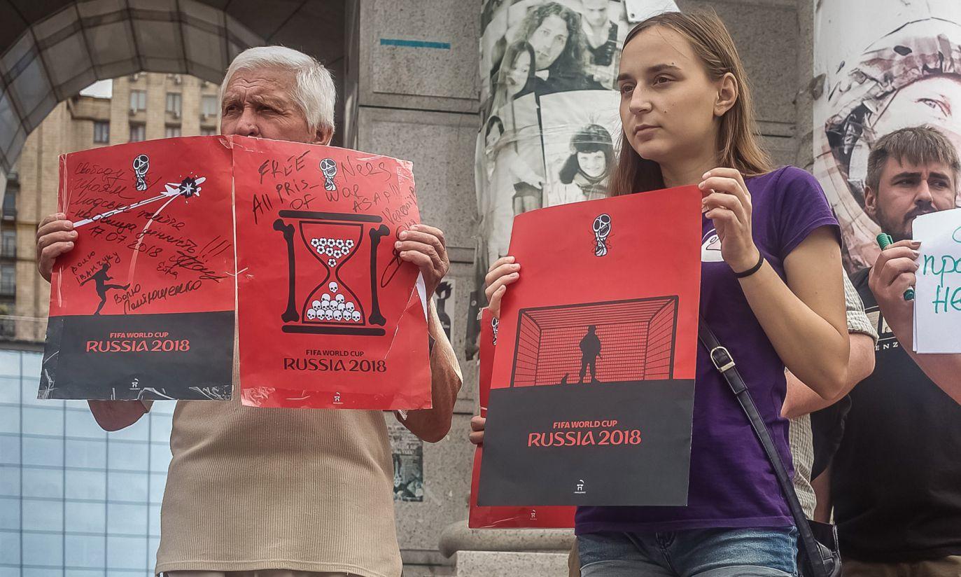 Protestujący z plakatami Andrija Jermolenki (fot. zbiory Moniki Andruszewskiej)