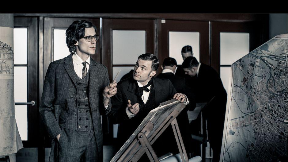 Obok niego na scenie występuje Marcel Sabat, portretując słynnego wówczas architekta Hansa Poelziga, postać demoniczną i przewrotną (fot. J. Sosinski/TVP)
