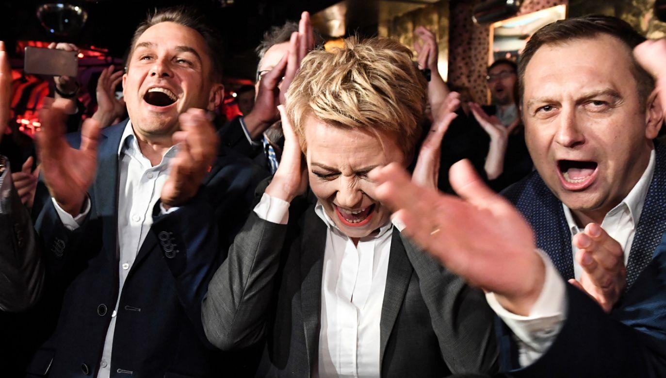 Prezydent Łodzi Hanna Zdanowska podczas wieczoru wyborczego Komitetu Wyborczego Wyborców Hanny Zdanowskiej (fot. PAP/Grzegorz Michałowski)