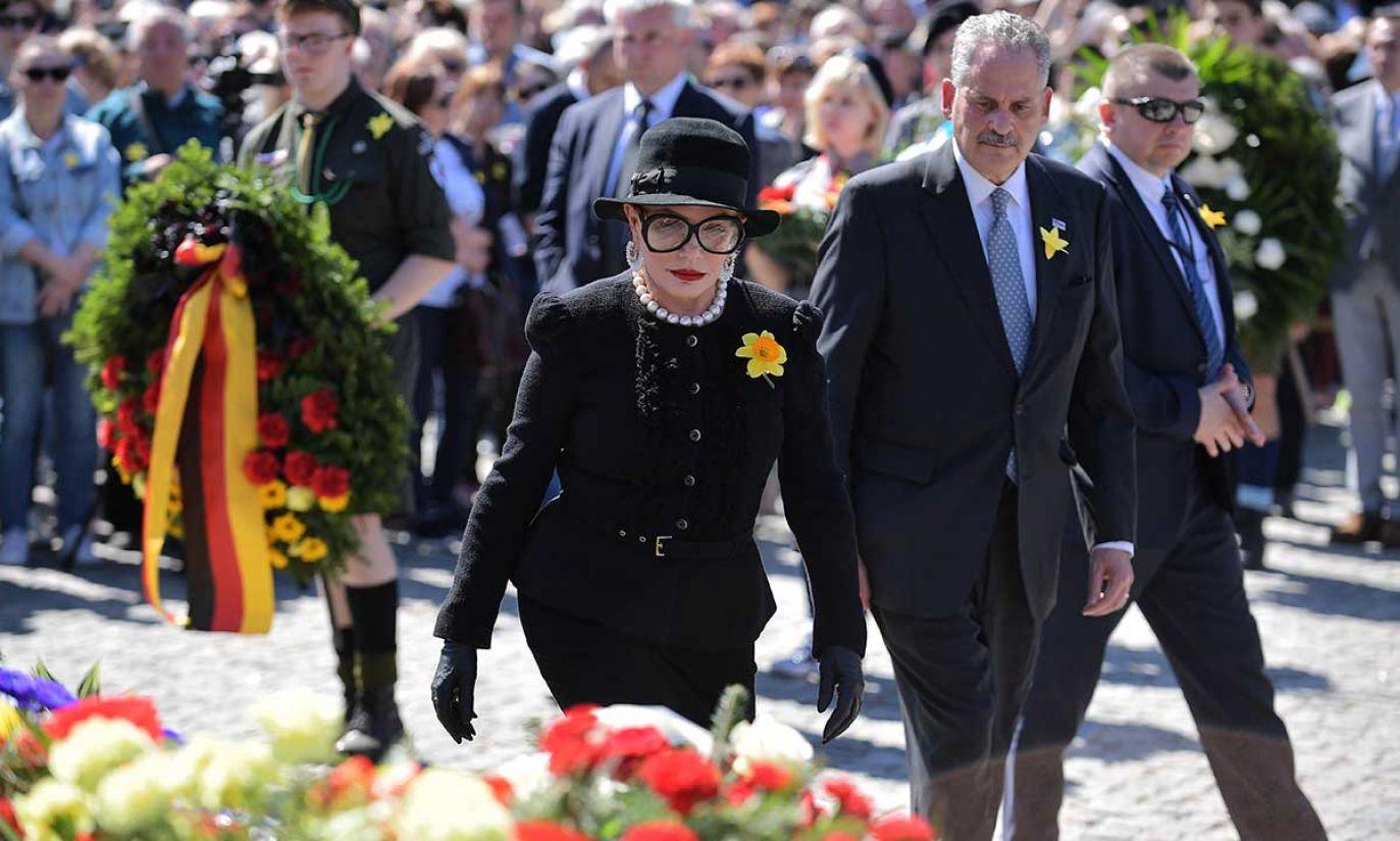Ambasador USA w Polsce Georgette Mosbacher podczas uroczystości przed Pomnikiem Bohaterów Getta w Warszawie (fot. PAP/Marcin Obara)
