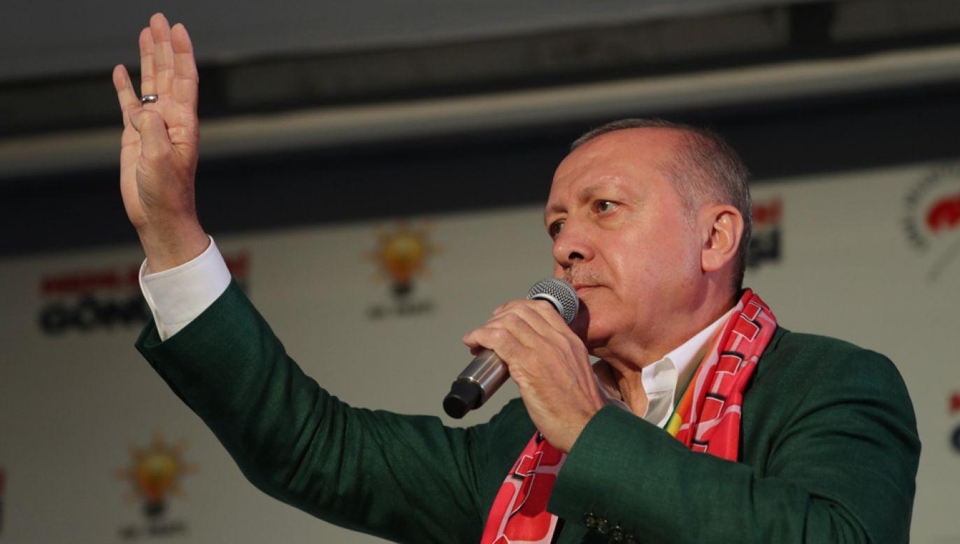 W trakcie wiecu wyborczego w Izmirze prezydent Recep Tayyip Erdogan pokazał publiczności filmik nagrany przez zamachowca z Christchurch w trakcie tragicznego ataku (fot. TURKISH PRESIDENCY / CEM OKSUZ / HANDOUT/Anadolu Agency/Getty Images)
