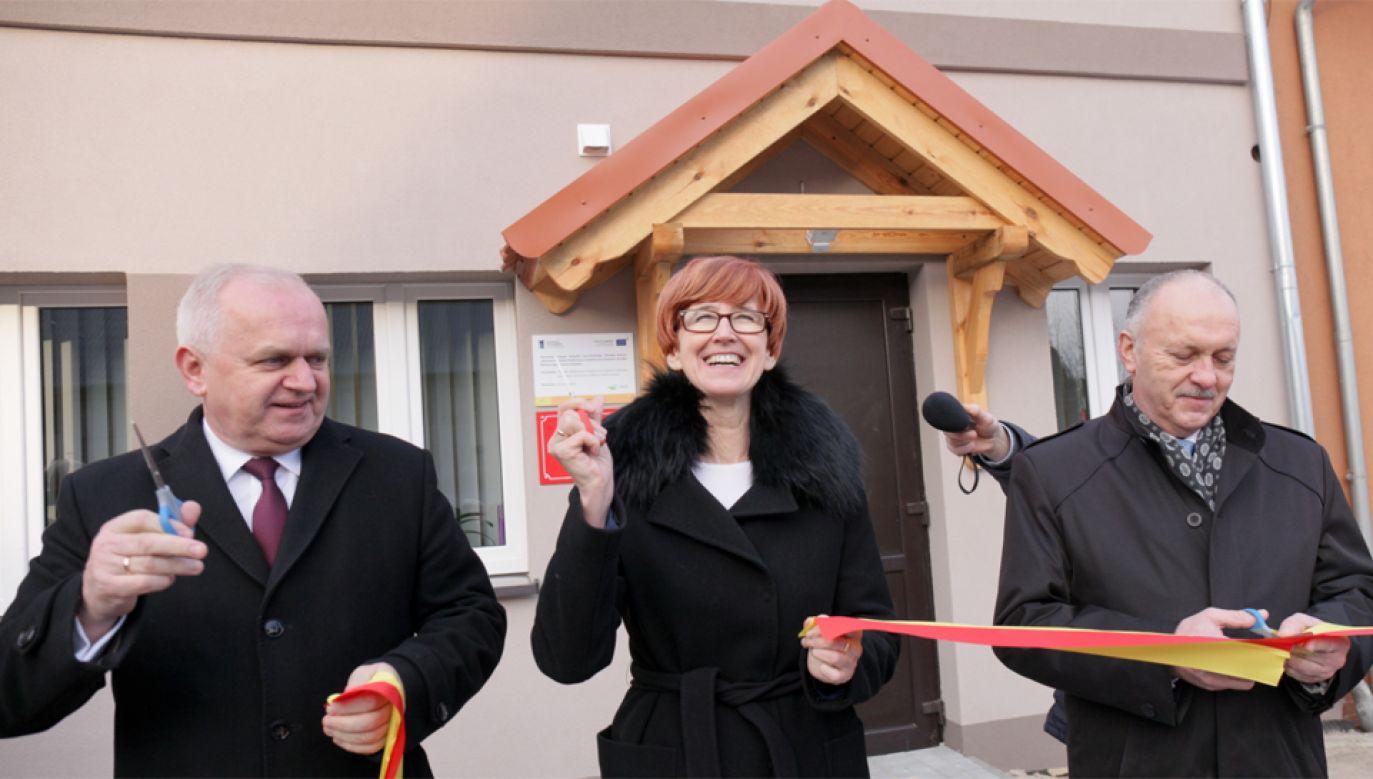 Minister rodziny, pracy i polityki społecznej Elżbieta Rafalska podczas otwarcia nowej siedziby Ośrodka Pomocy Społecznej w Szczańcu (fot.  PAP/Lech Muszyński)