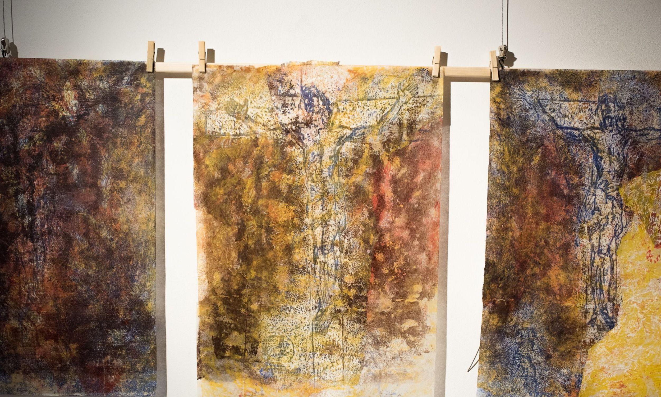 Przez wielowarstwowo nakładane tła przebijają rozpoznawalne kształty. Fot. Muzeum Archidiecezji Warszawskiej