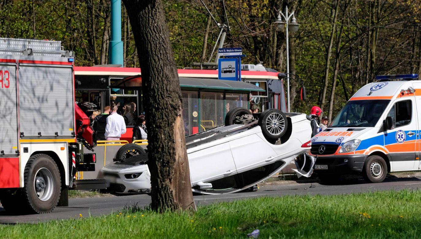 Sobotnia kolizja dwóch samochodów w Katowicach (fot. PAP/Andrzej Grygiel)