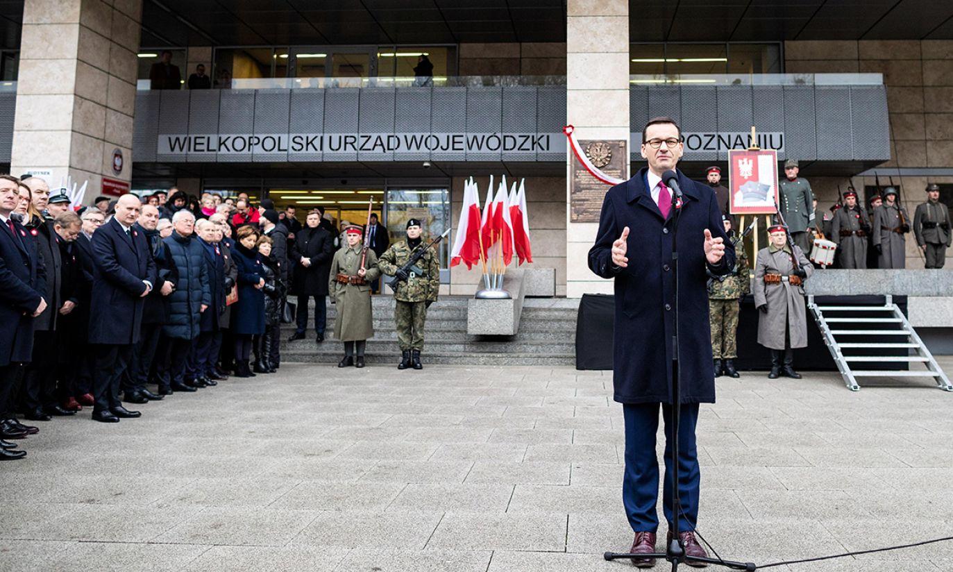 Premier RP Mateusz Morawiecki podczas uroczystości odsłonięcia Tablicy Wdzięczności w 100-lecie odzyskania przez Polskę Niepodległości i 100. rocznicę wybuchu Powstania Wielkopolskiego (fot. PAP/Marek Zakrzewski)