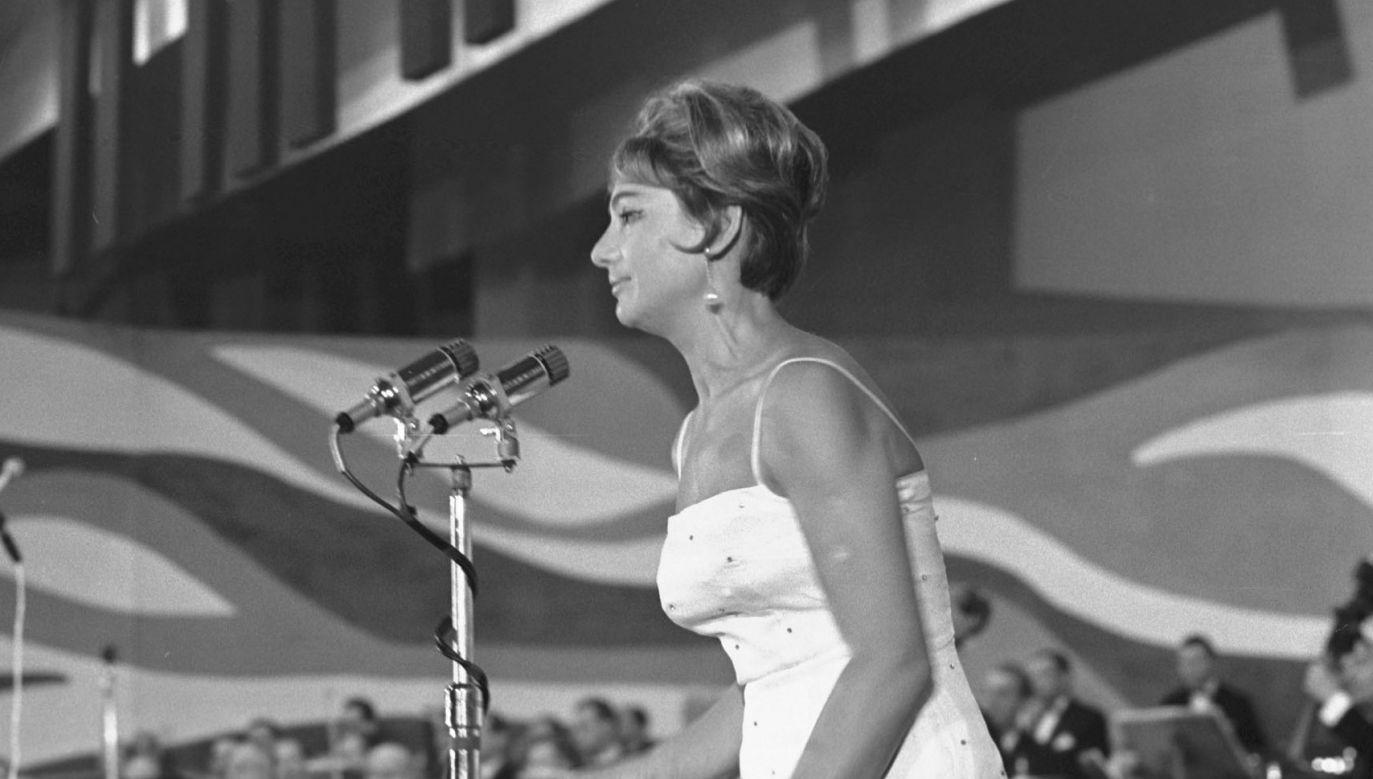 Niemal równo 17 lat przed strajkami sierpniowymi... Irena Dziedzic w Hali Stoczni Gdańskiej jako prowadząca III Międzynarodowy Festiwal Piosenki w sierpniu 1963. Fot. PAP/Dionizy Gładysz