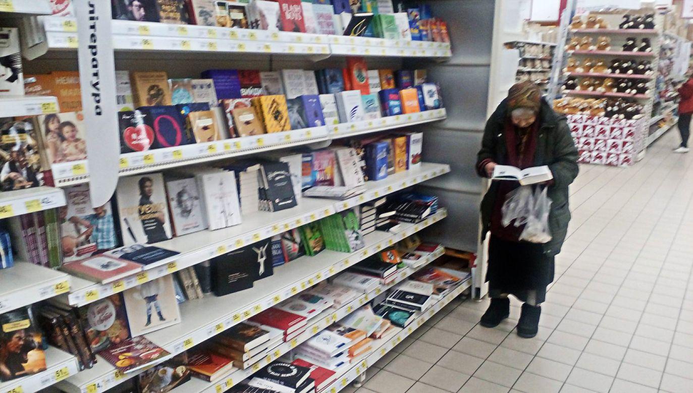 77-letnia mieszkanka Kijowa kocha książki, choć jej na nie nie stać (fot. fb/Bohdan Hdal)