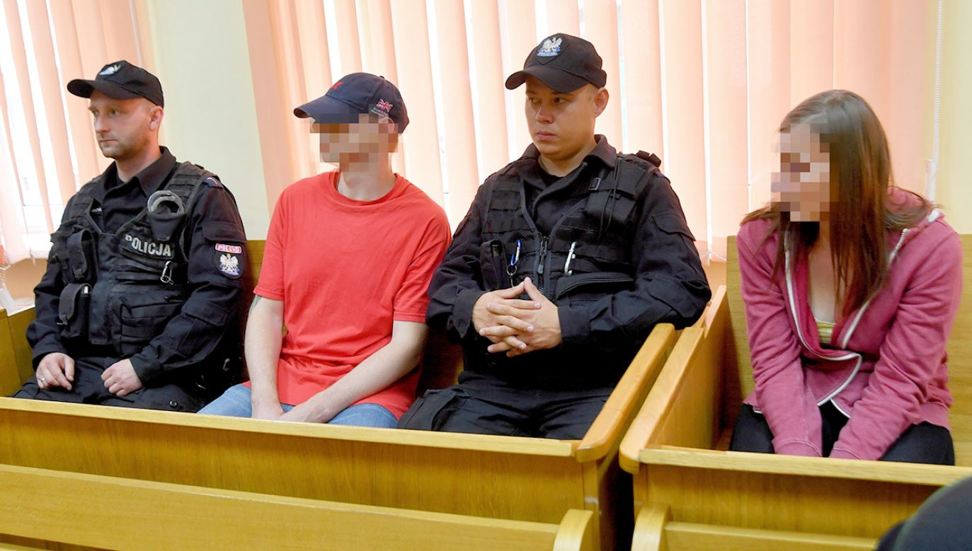 Oskarżeni Ryszard D. (2L) i Elżbieta B. (P) na sali rozpraw Sądu Okręgowego w Szczecinie (fot. PAP/Marcin Bielecki)