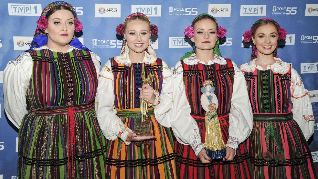 """Zespół wystąpił z piosenką """"Jeszcze Cię nie ma"""" podczas koncertu """"Premiery"""" w ramach 55. KFPP w Opolu. Piosenkarki zdobyły trzy statuetki: nagrodę jurorów, publiczności oraz nagrodę specjalną od ZAiKS (fot. TVP)"""