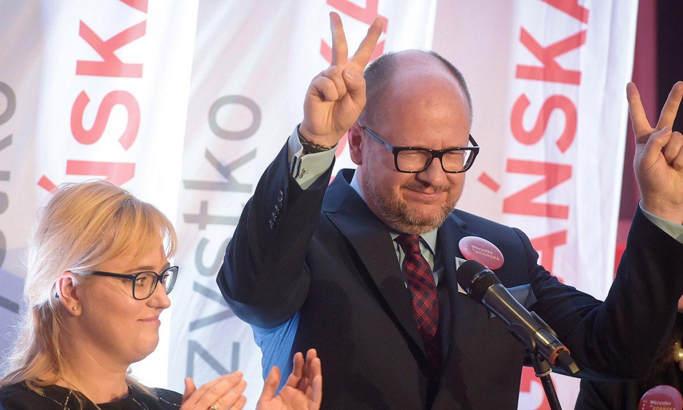 Prezydent Gdańska Paweł Adamowicz (P) podczas wieczoru wyborczego Wszystko dla Gdańska (fot. PAP/Roman Jocher)