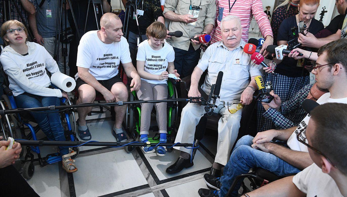 Lech Wałęsa u protestujących w Sejmie (fot. PAP/Jacek Turczyk)