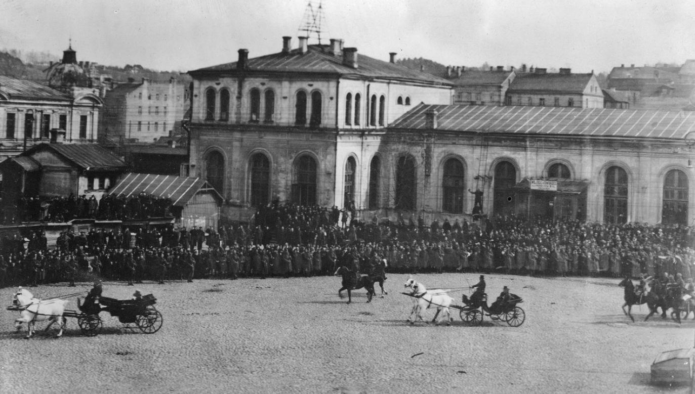 Przybycie Naczelnika Państwa Józefa Piłsudskiego do Wilna. Powitanie na dworcu kolejowym (fot. Narodowe Archiwum Cyfrowe)
