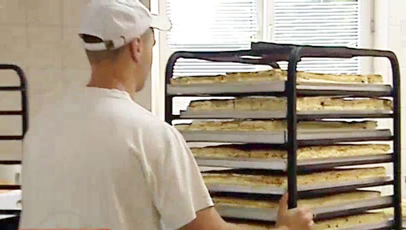 Mieszkańcy ciasta zjedli ciasto w niespełna pół godziny (fot. TVP3 Rzeszów)