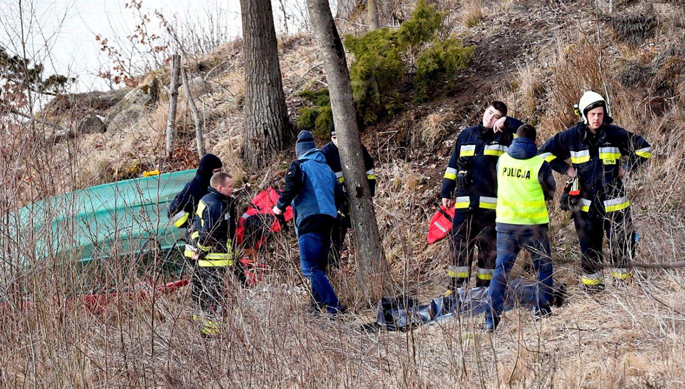 Służby na miejscu zdarzenia w Sulicach, gdzie na leśnym akwenie lód załamał się pod mężczyzną. Mimo akcji reanimacyjnej nie udało się go uratować (fot. PAP/Marcin Bielecki)