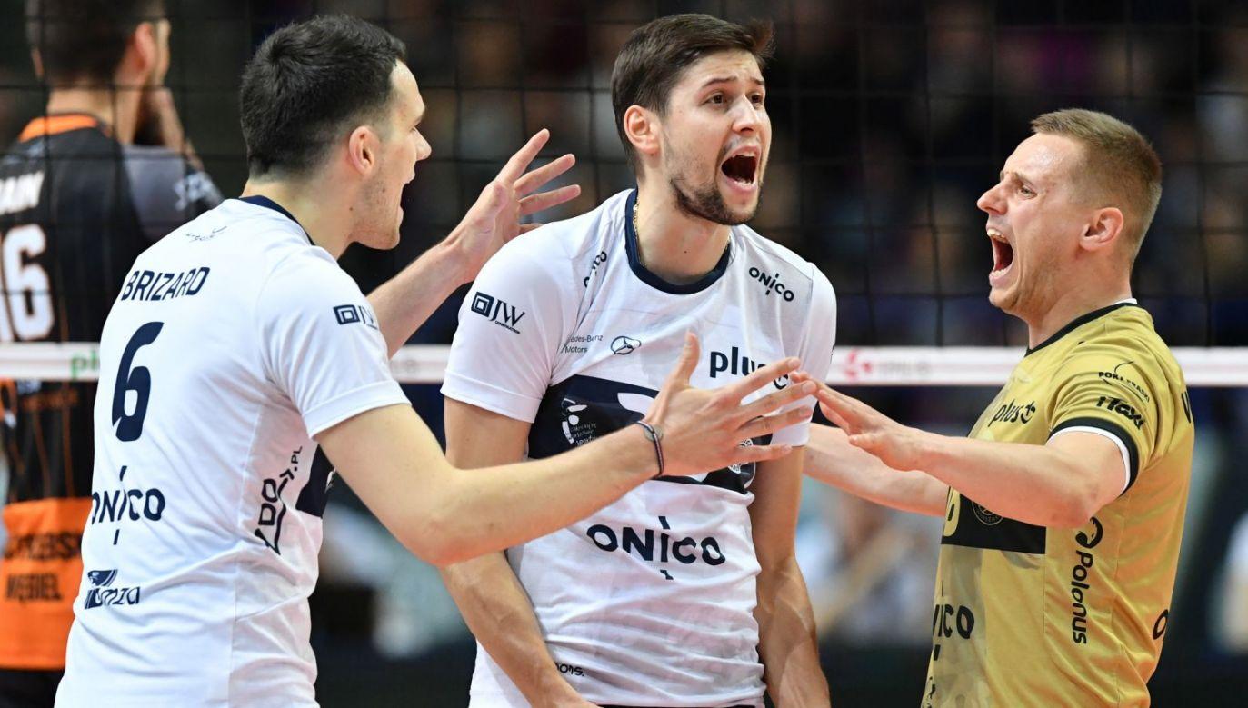 Siatkarze Onico Warszawa (od lewej): Antoine Brizard, Nikołaj Penczew i Damian Wojtaszek (fot. PAP/Piotr Polak)