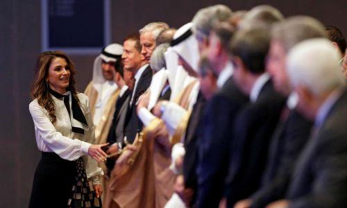 Jordańska królowa Rania wita się z uczestnikami sesji poświęconej Bliskiemu Wschodowi i Afryce Północnej podczas Światowego Forum Ekonomicznego w 2017 roku. Fot. Reuters/ Muhammad Hamed