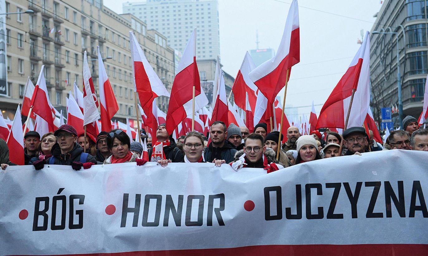 """Uczestnicy Biało-Czerwonego Marszu """"Dla Ciebie Polsko"""