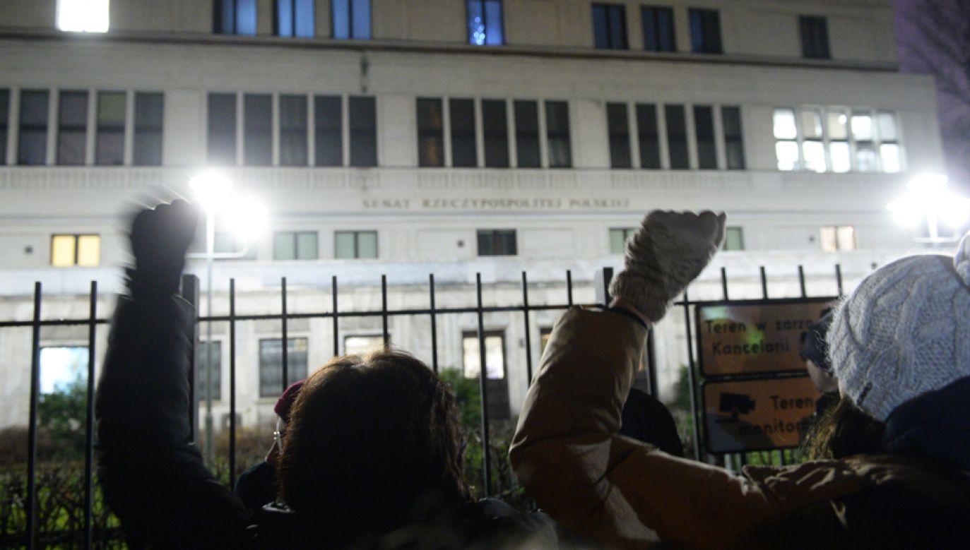 Przeciwnicy zmian w sądownictwie protestują przed Senatem (fot. PAP/Jacek Turczyk)