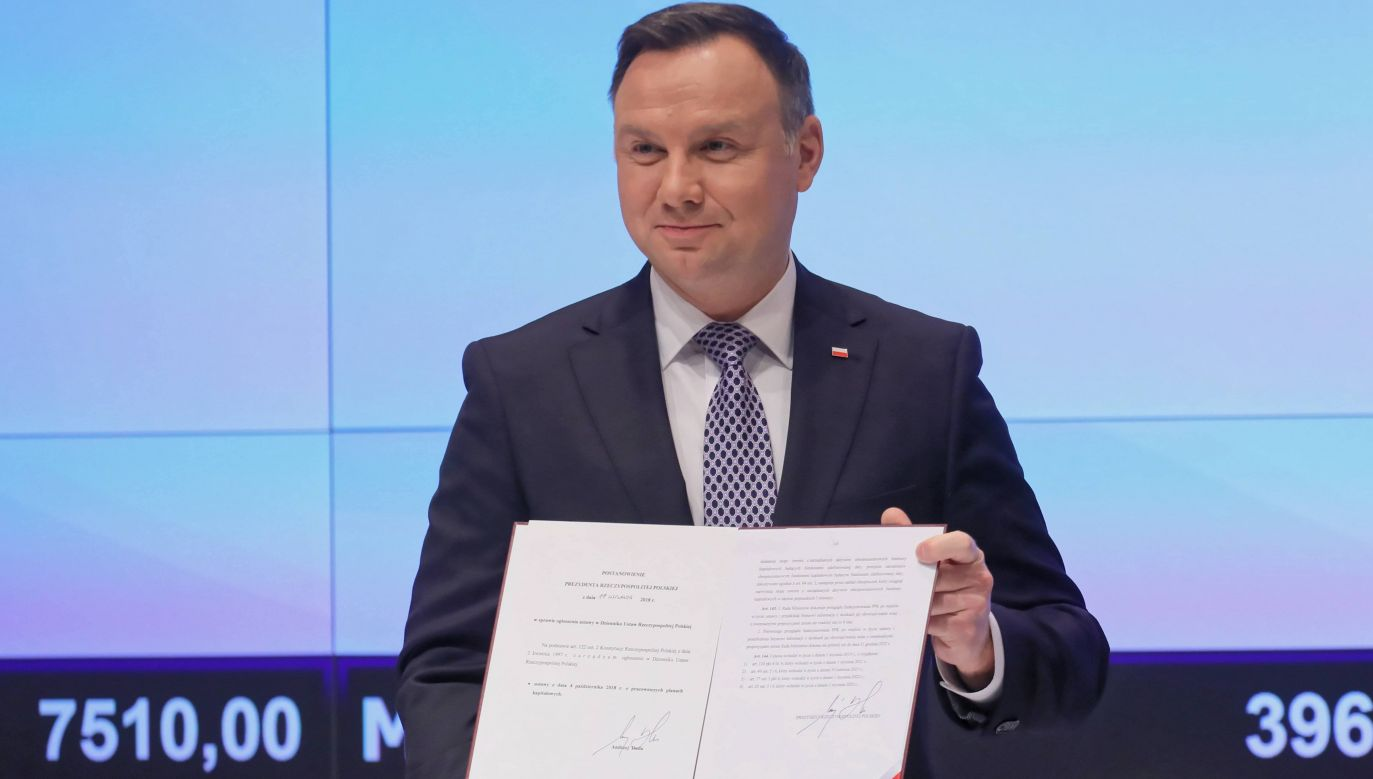 President Andrzej Duda signing the bill at the Warsaw bourse. Photo: PAP/Paweł Supernak