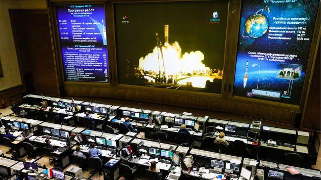Ekran w Centrum Kontroli Misji Roscosmos Corporation pokazuje na żywo transmisję z wystrzelenia rakiety Sozyu FG ze statkiem towarowym Progress MS-10 z kosmodromu Bajkonur w Kazahstanie (fot. Mikhail Japaridze\TASS via Getty Images)