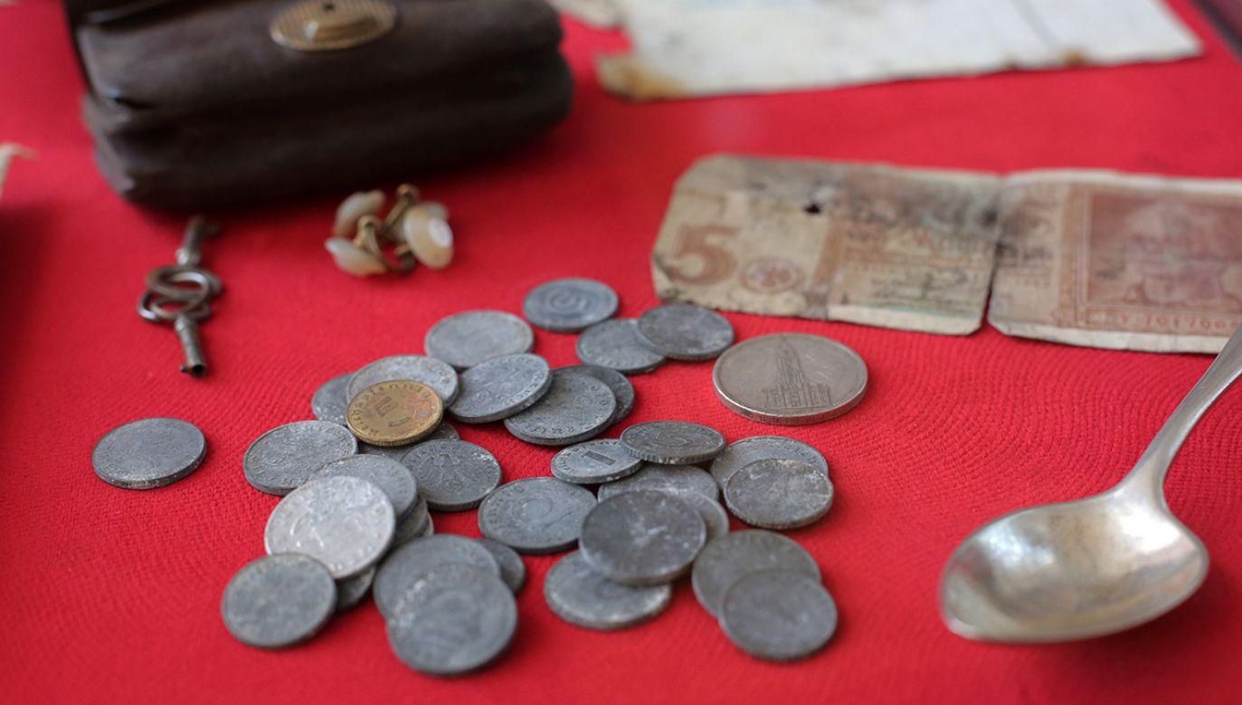 Odnaleziony depozyt pochodził z pałacu w Gubławkach (fot. PAP/Tomasz Waszczuk)