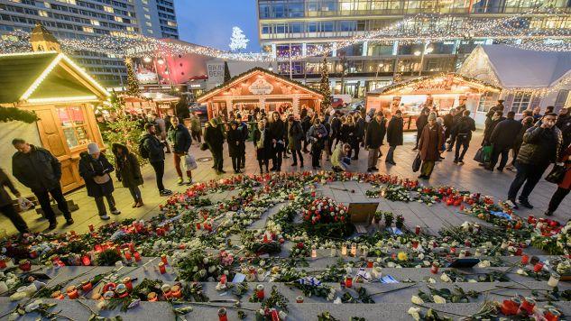 Na Breitscheidplatz pochodzący z Tunezji terrorysta zastrzelił polskiego kierowcę i wjechał jego 40-tonową ciężarówką na świąteczny jarmark na placu Breitscheidplatz (fot. PAP/CLEMENS BILAN)
