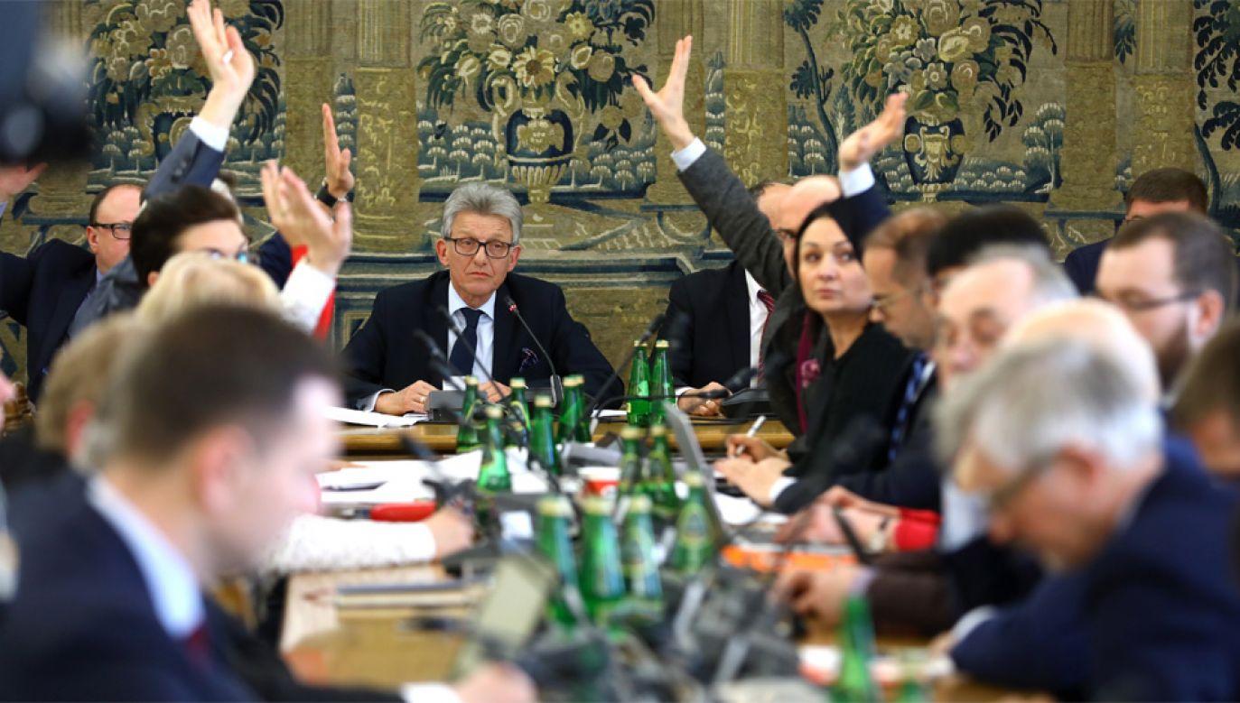 """Komisja Sprawiedliwości i Praw Człowieka pozytywnie zaopiniowała projekt """"Zatrzymaj aborcję"""" (fot.  PAP/Rafał Guz)"""