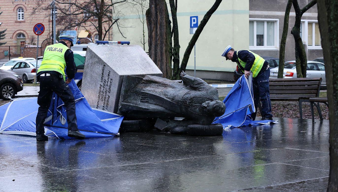 Pomnik ks. Jankowskiego został przewrócony przez trzech aktywistów (fot. PAP/Marcin Gadomski)
