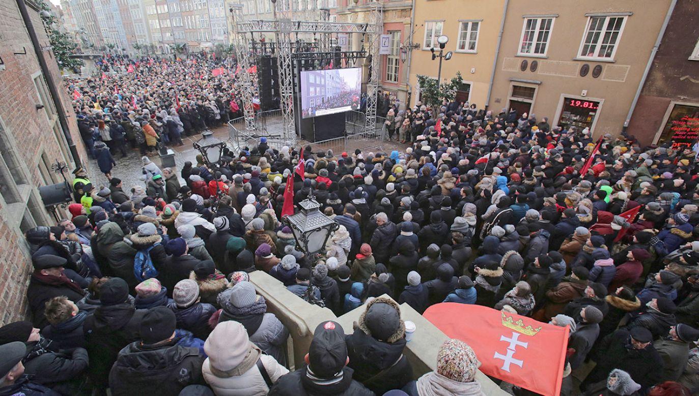 Z danych policji wynika, że w pożegnaniu prezydenta Gdańska Pawła Adamowicza wzięło udział 45 tysięcy osób (fot. PAP/Tomasz Waszczuk)