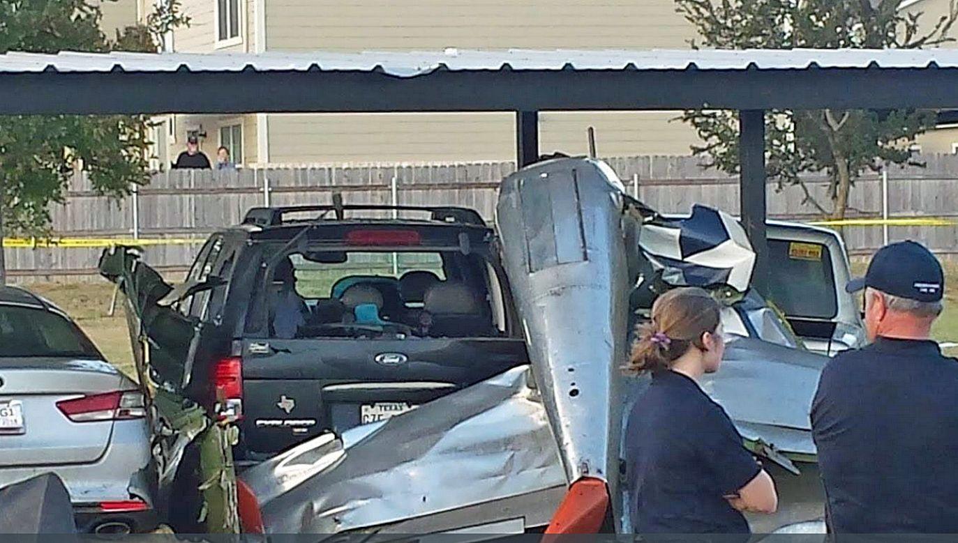 Samolot spadł na zaparkowane samochody (fot. Twitter/FOX 7 Austin)