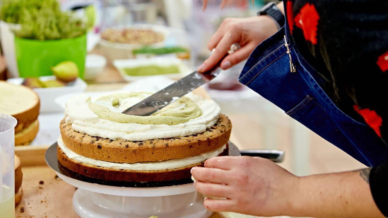Z niskimi tortami uczestniczki poradziły sobie znakomicie. Ale jak będzie, gdy trzeba zbudować kilka słodkich pięter? (fot. TVP)