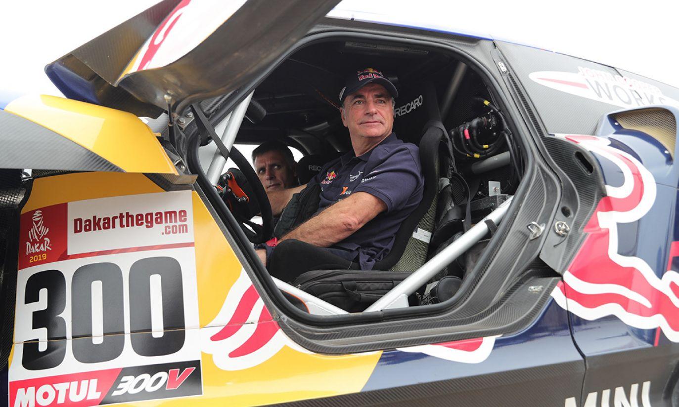 Hiszpański kierowca Carlos Sainz bierze udział w kontroli technicznej samochodu podczas Rajdu Dakar 2019 (fot. PAP/EPA/Ernesto Arias)