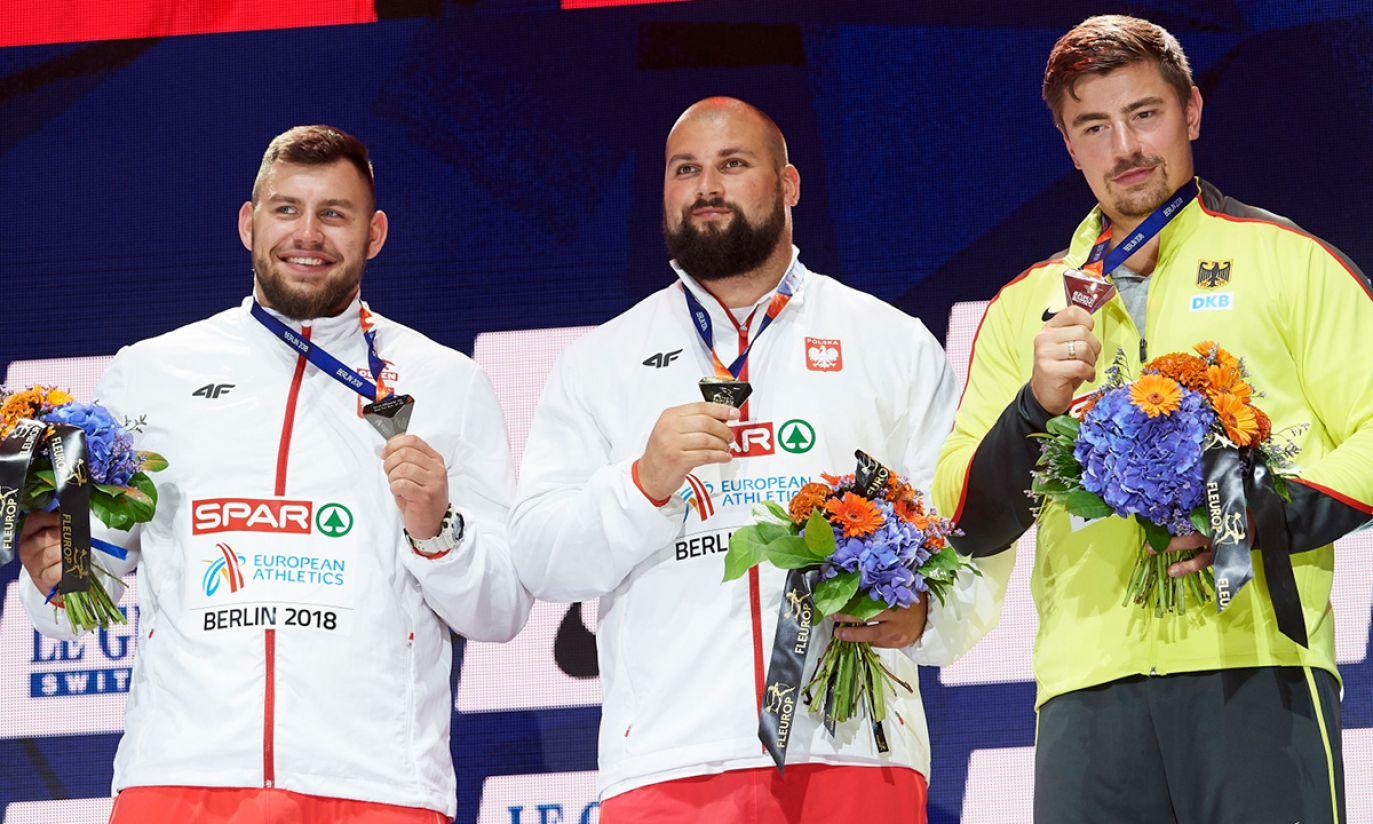 Michał Haratyk (P) i Konrad Bukowiecki (L) podczas ceremonii medalowej (fot. PAP/Adam Warżawa)
