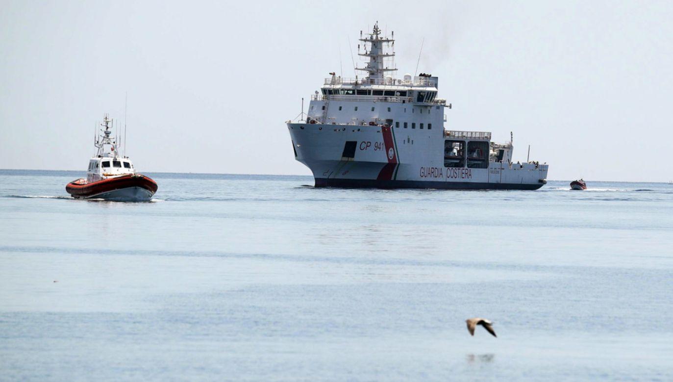 Statki włoskiej straży przybrzeżnej patrolują wody terytorialne kraju (fot. PAP/EPA/IGOR PETYX)