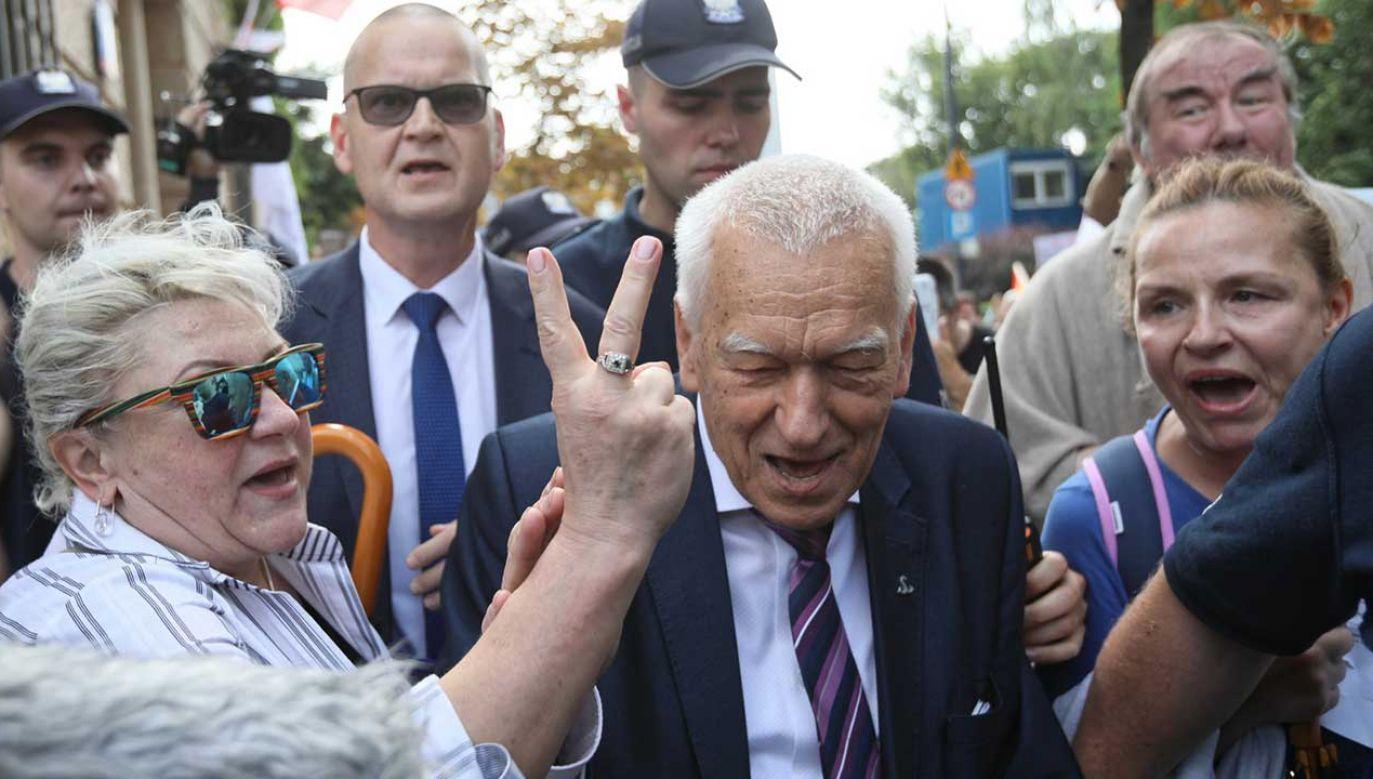 Protestujący pod Sejmem chcieli uniemożliwić wyjście marszałkowi seniorowi Kornelowi Morawieckiemu (fot. PAP/Leszek Szymański)