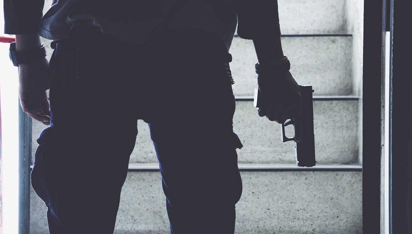 Mężczyzna w nocy usłyszał dziwne dźwięki (fot. Shutterstock/neotemlpars)