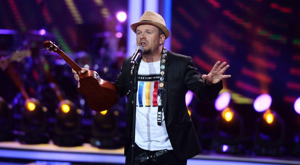 """Utwór """"Piasek"""", który wykonał K.A.S.A ma szansę stać się wakacyjnym hitem, czy widzowie w Opolu go docenią? (Fot. J. Bogacz/TVP)"""