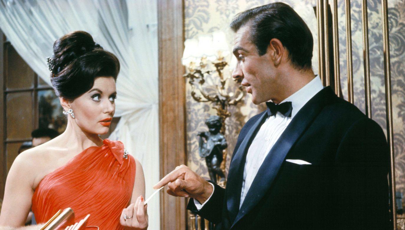 "Eunice Gayson i Sean Connery na planie filmu ""Doktor No"" (fot. PAP/Photoshot)"