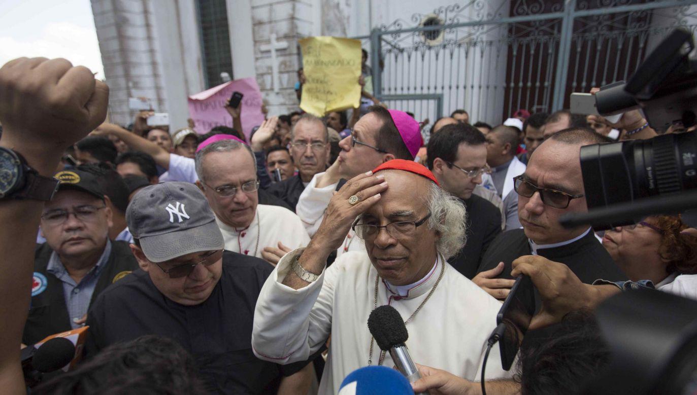 Arcybiskup Managui kard. Leopoldo Brenes (C) wygłasza oświadczenie po tym, jak został pobity 9 lipca (fot. arch. EPA/EPA/JORGE TORRES)