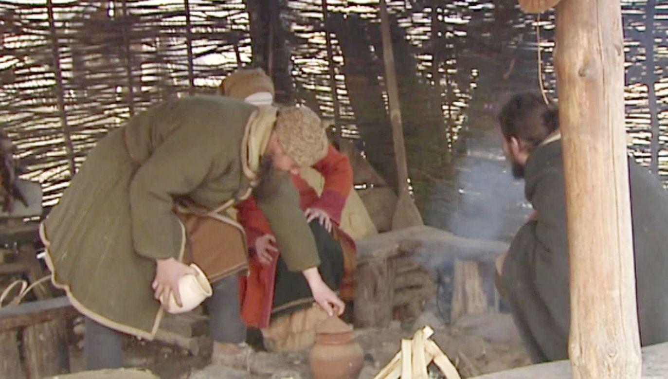 """""""Zawsze chciałem wybudować sobie jakiś drewniany domek, a teraz jest to już jakiś zalążek wioski"""" (fot. TVP Info)"""
