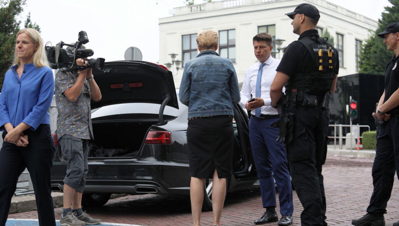 Decyzją komendanta Straży Marszałkowskiej wszystkie samochody są sprawdzane przez straż przy wjeździe na teren parlamentu (fot. PAP/Leszek Szymański)