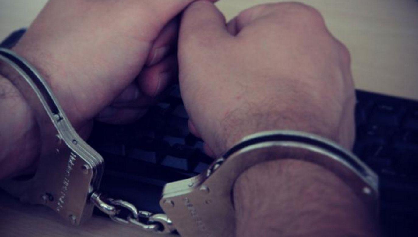 Policjantów można nazwać fachowcami od nakładania i zdejmowania kajdanek (fot. oswiecim.policja.gov.pl)